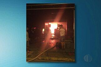 Polícia de Salesópolis apura incêndio que ocorreu em supermercado neste domingo (27) - O estabelecimento que pegou fogo fica no centro da cidade.