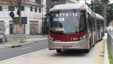Passageiros começam a utilizar o corredor de ônibus da Avenida Berrini - Começou a funcionar nesta segunda-feira (28) o corredor de ônibus da Av. Luis Carlos Berrini. Ainda falta um trecho de 300 metros para ser entregue. Prefeitura Trecho pode ser percorrido em oito minutos.