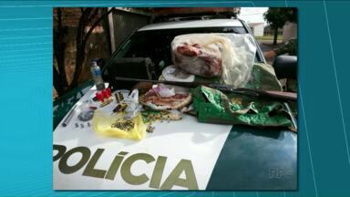 Três homens são presos por caça de animais silvestres - A Polícia Ambiental cumpriu mandados de prisão em Arapongas. Com os suspeitos, foram encontradas armas, munição e carne de capivara e de tatu.