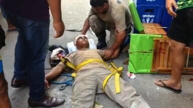 Operário cai de marquise de prédio em Copacabana - Ele foi levado para o Hospital Miguel Couto e passa bem. Empresa diz que funcionário estava com equipamento de segurança