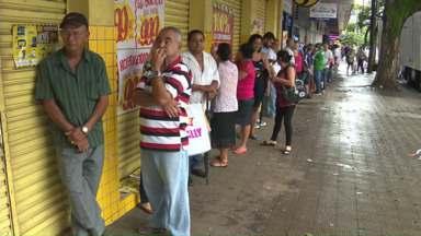 Consumidores já procuram por promoções pós-Natal - Comércio de rua de Maringá reabriu as portas hoje