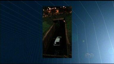 Motoristas bêbados causam sete acidentes durante o Natal em Itumbiara - Em um caso, condutor perdeu o controle da direção e caiu dentro de córrego. Outro motorista atropelou um pedestre, que está internado em estado grave.