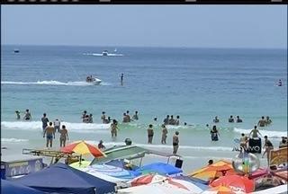 Jet Ski circula próximo a banhistas e Guarda afirma que fiscalização está intesificada - Flagrante aconteceu na Praia do Forte em Cabo Frio.