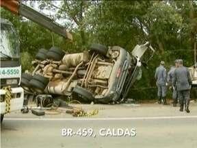 Carreta cai em cima de carro em trecho da BR-459, em Caldas, Sul de Minas Gerais - Caminhoneiro perdeu o controle em uma curva e atingiu veículo.