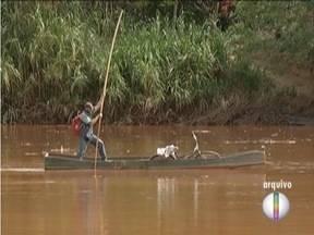 Moradores de Resplendor fazem manifestação por causa de água - Copasa diz que vai fazer testes de qualidade da água antes da distribuição. Captação foi interrompida após acidente com barragem em Mariana.