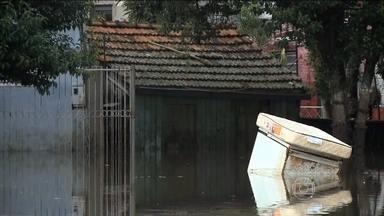 Cidades na fronteira com Argentina são as mais atingidas na cheia do Rio Grande do Sul - Doze municípios já decretaram situação de emergência. Essa já é considerada a pior enchente dos últimos 50 anos em Alegrete. O Rio Uruguai está mais de dez metros acima do normal.