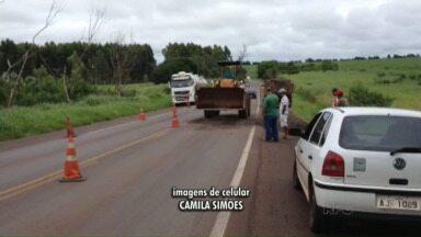 Chuva causa estrago em trecho da PR 323 - Trecho na região de Tapejara ficou com tráfego em meia pista