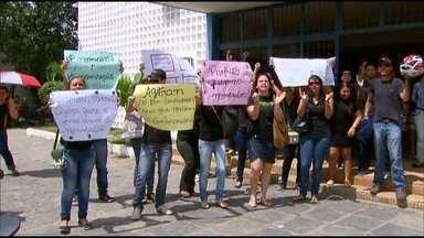 Aprovados em concurso fazem protesto em Vitória por não terem sido chamados ainda - Prazo de validade para chamadas é de dois anos, prorrogáveis por mais dois.