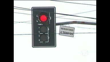 Tempo de semáforo é alterado no cruzamento da Muiraquitã com Sérgio Henn - Semáforo fica no bairro Aeroporto Velho e passou a funcionar agora com 4 tempos.