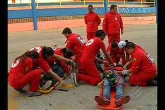 Equipes da Cruz Vermelha fazem treinamento para trabalhar no feriado de fim de ano - As equipes fazem simulações de acidentes de trânsito.