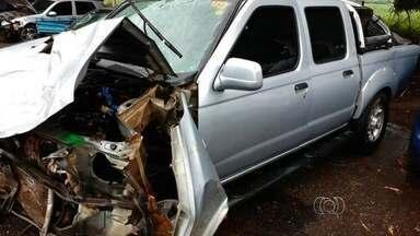 Pai e filha morrem após colisão entre caminhonete e carreta na BR-153 - PRF diz que batida frontal ocorreu após carro fazer ultrapassagem, em GO. Homem de 51 anos e menina, de 12, foram arremessados após acidente.