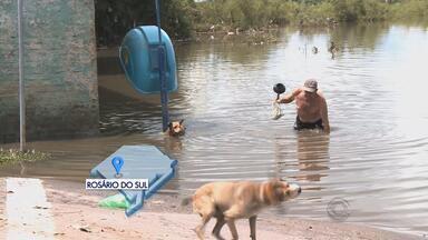 Na Região Central do RS, cerca de 240 famílias estão fora de casa por causa da cheia - Em Rosário do Sul, RS, rio Santa Maria está quatro metros acima do normal.