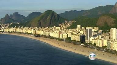 Praia de Copacabana se prepara para receber cariocas e turistas no réveillon - As passagens de metrô para os principais horários da festa ainda estão disponíveis. Haverá interdições no trânsito nesta quinta-feira (31).