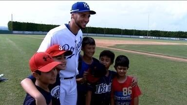 Campeão na liga americana de beisebol, Paulo Orlando inspira jovens a praticar o esporte - Brasileiros seguem o passo do jogador para chegar um dia na Major League dos EUA.