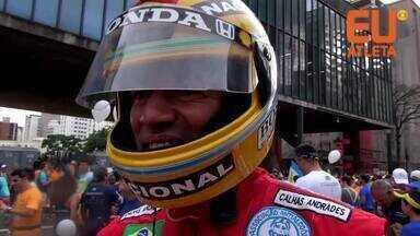 """Ex-viciado se veste de Senna e encontra na corrida motivação: """"Estou sóbrio há 9 anos"""" - Juvenal começou a beber aos 9 anos de idade. Há 15 anos ele entrou para AA, passou a frequentar as reuniões e decidiu que ia mudar de vida. Em sua 15 São Silvestre, ele faz sucesso vestido de Senna."""