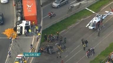 Corpos das três vítimas de acidente no Rodoanel estão no IML - Três pessoas morreram em carro que despencou de viaduto. O acidente na tarde desta quarta-feira deixou os dois motoristas feridos.