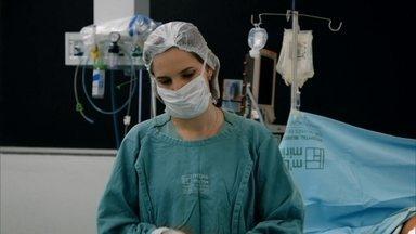Em 'Residentes 1', cirurgiã precisa criar coragem para dar triste notícia - Três médicos recém-formados aprendem na prática os desafios da profissão. Série acompanha rotina de anestesista, cirurgião e ortopedista.