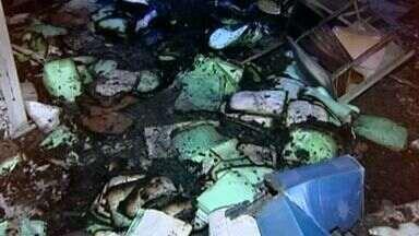 Escola é arrombada e incendiada em Linhares, no ES - Segundo a PM, computadores, TVs e materiais didáticos foram danificados.