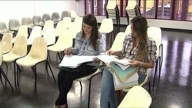 Greves complicam a vida de estudantes que tiveram formatura adiada - Alunos da UEL contam que não podem assumir empregos por falta do diploma.