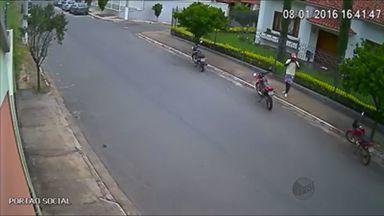 Câmera de segurança flagra homem roubando moto em Lavras (MG) - Câmera de segurança flagra homem roubando moto em Lavras (MG)