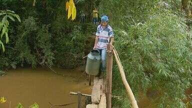 Após retirada de ponte, moradores se arriscam em pinguela entre Muzambinho e Juruaia - Após retirada de ponte, moradores se arriscam em pinguela entre Muzambinho e Juruaia