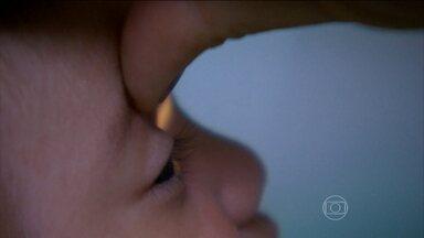 Estudo inédito associa a microcefalia a graves problemas de visão em bebês - Setenta e nove bebês com suspeita de microcefalia foram examinados em Pernambuco. Do total, 40% dos bebês tiveram problemas anatômicos na formação dos olhos.