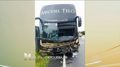 Três pessoas morreram em acidente entre carro e ônibus da equipe de Michel Teló - De acordo com a Polícia Rodoviária Federal, a motorista do carro perdeu o controle da direção e bateu de frente no ônibus. As três pessoas que estavam no carro morreram. O cantor, que não estava no ônibus, lamentou o acidente.