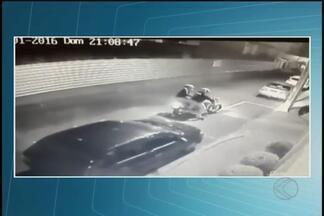 Vídeo mostra bandido ameaçando casal e roubando moto em Uberlândia - Roubo foi neste domingo (10); após ação, bandido deixou a moto dele caída no chão.