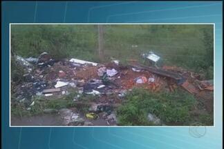 Moradores de Uberlândia flagram desrespeito ao meio ambiente na cidade - São muitos terrenos com lixo jogado que acabam virando depósito de água parada e com isso um local ideal para a proliferação do vírus que transmite a dengue, o Chicungunya e o Zica.
