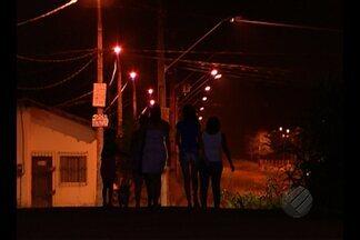 No Tenoné, a falta de iluminação muda a rotina dos moradores do bairro - Moradores da rua mais moviementada do bairro estão com medo de sair à noite.