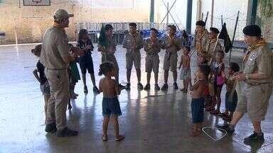 Escoteiros ajudam desabrigados do Morro da Boa Vista, em Vila Velha, ES - O grupo tem integrantes com idade entre 10 e 14 anos. Eles colaboram no recebimento e organização das doações.