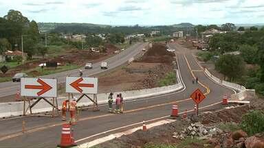 Concessionária que administra a rodovia abriu um novo desvio em Matelândia. - Mudança do trecho faz parte das obras de duplicação da rodovia.