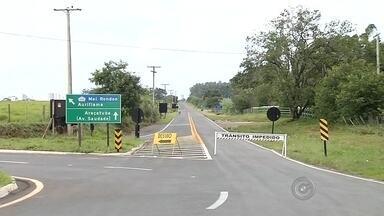 Ponte de estrada rural pode cair em Araçatuba, segundo Defesa Civil - A ponte de uma estrada que liga vários sítios e fazendas de Araçatuba (SP) pode cair a qualquer momento. O alerta foi dado nesta segunda-feira (11) pela Defesa Civil. A força da água, durante uma chuva, encheu o córrego Traitú que danificou a estrutura.