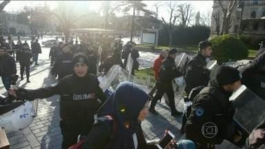 Explosão em praça de Istambul deixa nove mortos e 15 feridos - Ataque aconteceu em um dos lugares mais bonitos da maior cidade da Turquia. Testemunhas disseram que viram os estilhaços e corpos voando pela praça Sultanamet.