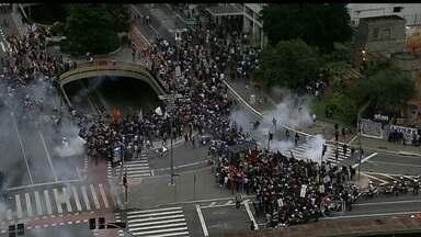 Mascarados promovem atos de vandalismo após manifestação contra aumento de passagens em SP - Também houve tumulto durante o protestos. Manifestantes e a polícia discordaram sobre o trajeto.