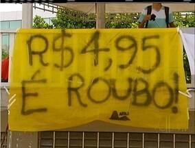 Estudantes protestam contra aumento da passagem de ônibus em Cabo Frio, no RJ - Atos ocorreram na manhã e no início da noite desta quinta-feira (14).