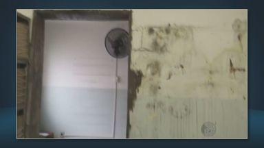 Chuva causa estragos em centro de saúde e atendimento é suspenso em Campinas - O prédio do Centro de Saúde São José tem infiltrações, goteiras, manchas de mofo nas paredes e poças d' água no chão. Nesta sexta-feira (15) a chuva voltou a atingir o local e piorou as condições de atendimento.