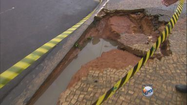 Dez famílias ficam desabrigadas após temporal em Fernando Prestes, SP - Exurrada abriu crateras na rua principal da cidade, invadiu casas e comércios. Ninguém se feriu.