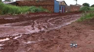 Rua que está em obra fica tomada por lama após chuva em Aparecida de Goiânia - Moradores afirmam que estão há dias sem ter como sair de casa com veículos.