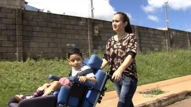 Mãe pede ajuda para comprar andador para filho com microcefalia, em Goiânia - O aparelho custa R$ 8 mil, mas família não tem condições financeiras de pagar por ele. Além disso, mãe e filho enfrentam, todos os dias, três ônibus para ir de casa para centro de reabilitação.