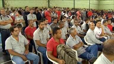 Funcionários da Samarco decidem se aceitam ou não proposta para evitar demissões - Decisão será discutida em assembleia nesta sexta-feira (15). Acordo entre empresas e sindicato prevê suspensão das atividades.
