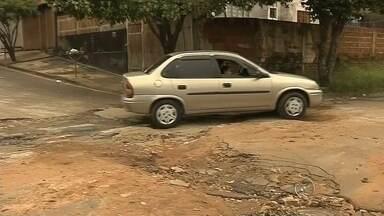 Buracos antigos causam revolta nos moradores de Marília - Em Marília, muitos motoristas estão inconformados com a quantidades de buracos no asfalto.