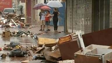 Entulho e sujeira tomam conta das ruas de Lençóis Paulista - Por conta da forte chuva que atingiu a região, as enxurradas arrastaram muitos entulhos para as ruas de Lençóis Paulista.
