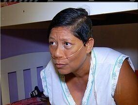 Mulher que depende de respirador vive trancada no quarto há 45 dias - Justiça determinou que Prefeitura de Cabo Frio, RJ, dê aparelho portátil.