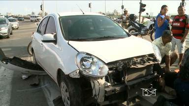 Acidente na Avenida Beira-Mar, em São Luís, deixa duas pessoas feridas - Colisão entre um carro e uma moto ocorreu na manhã desta sexta-feira (15).