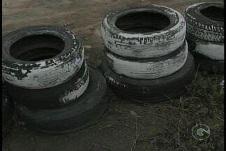 Pneus que ficam na pista de motocross de Petrolina estão acumulando água - Os pneus que servem como obstáculos durante as corridas de moto, estão agora acumulando água.
