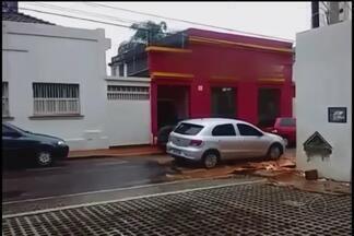 Telespectador envia fotos de buracos em rua do Bairro Jardim Sul - Segundo ele, vários bairros sofrem com o problema. Prefeitura informou que assim que a chuva passar, a operação tapa buraco será iniciada em toda a cidade.