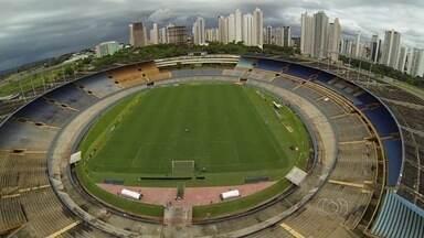 Estádios Serra Dourada e Jonas Duarte preocupam para início do Goianão - Maior palco do futebol goiano está suspenso após pedido do Ministério Público de Goiás (MP-GO), enquanto estádio de Anápolis passa por reforma.