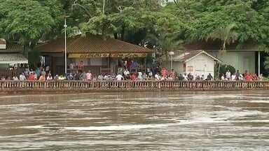 Comportas de usina são abertas e cidades podem ter inundações - As comportas da usina hidrelétrica de Barra Bonita (SP) foram abertas nesta sexta-feira (15) após a chuva que atingiu a região nesta semana e podem provocar inundações na região. A AES Tietê informou que pode haver aumento do nível do rio, afetando comércios perto do rio, bem como o teleférico da cidade e o parque de Igaraçu do Tietê. C