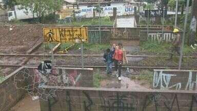 Perigo em linha ferroviária preocupa moradores de Campinas e região - Para ir de um local ao outro, motoristas e pedestres precisam passar por cima dos trilhos, correndo perigo todos os dias na região de Campinas.